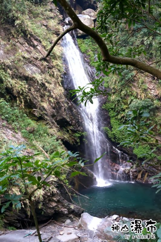 遠望的神山瀑布