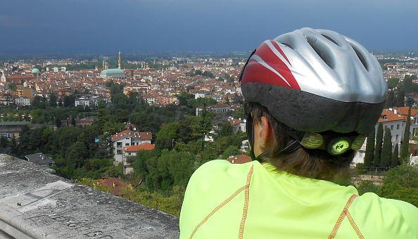 Miri blickt auf Vicenza unter Regenwolken