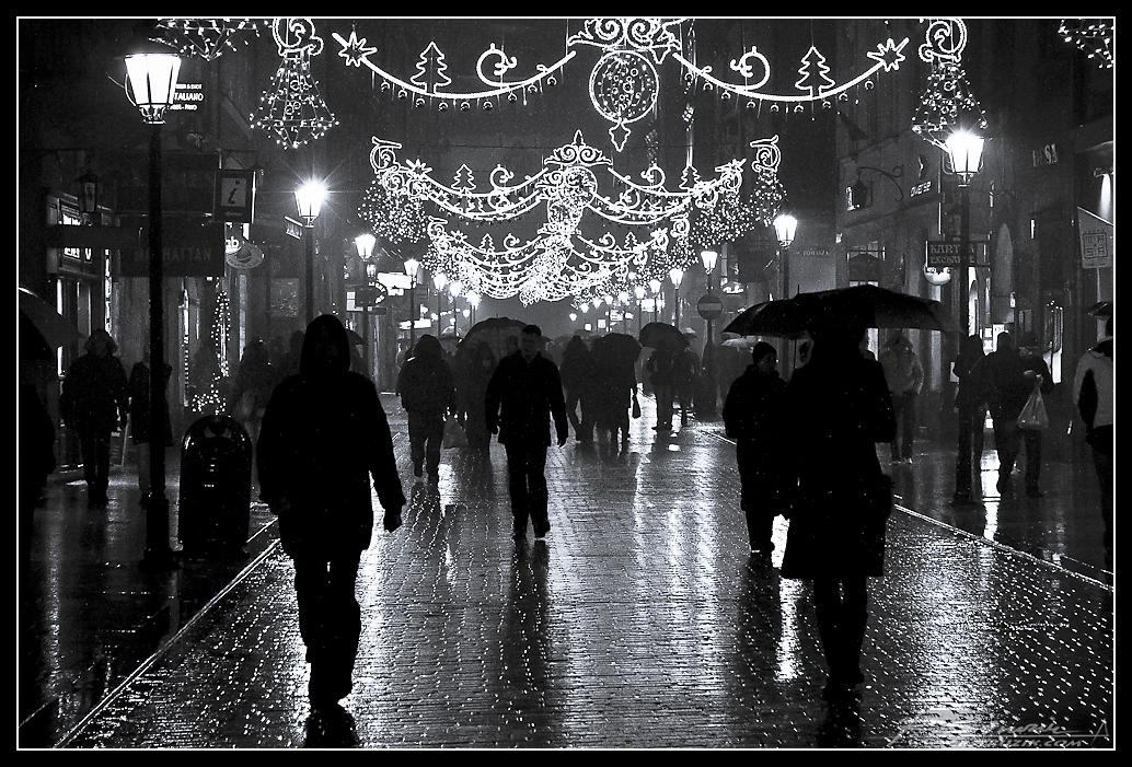 """Styczeń - Kraków. Krakowski rynek nawet skąpany w styczniowym (nie, nie listopadowym) deszczu, potrafi przyciągać rzesze ludzi. Choć słowa """"zimno"""" i """"mokro"""" nie kojarzą się najprzyjemniej (no może w 50% się kojarzą), to odwiedzenie """"wszystkomającego""""; muzeum w Podziemiach Rynku pomysłem ze wszech miar dobrym jest."""