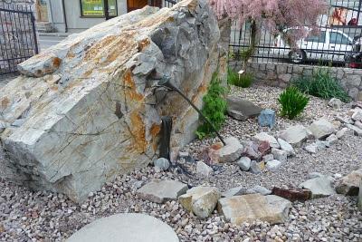 Laska pasterska Mojżesza, którą uderzył w skałę.
