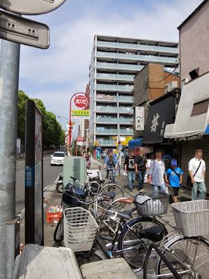 横浜大通り公園の目の前の通り