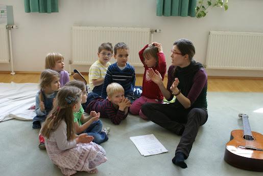 Kinder im Unterricht für die Musikalische Früherziehung