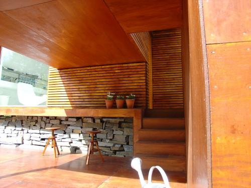CASA PEQUEÑA Y MINIMALISTA FACHADA DE MADERA via www.lasfachadas.blogspot.com