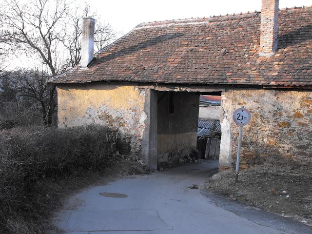 kolostorhoz vezető 2.3 m-es út