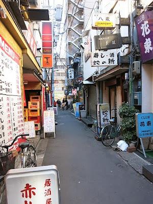 烏森神社からつづく細い路地