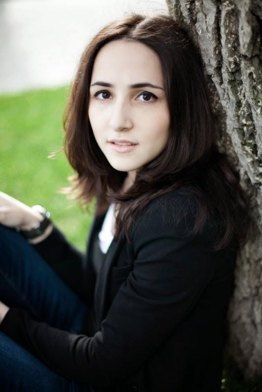 Alina Engibaryan in de Sela tuinen