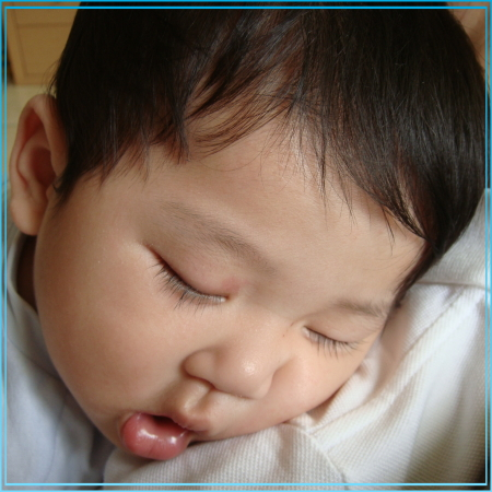 寶貝耕輔依偎在媽咪身上睡覺的可愛模樣