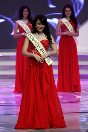 VIDEO GAMBAR MISS INDONESIA 2013 Vania Larissa Biografi Pendidikan