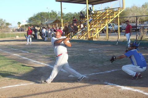 Javier González Flores de Cárdenas en el softbol sabatino