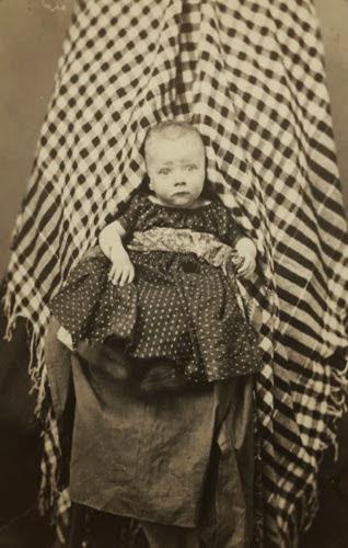 Uma mãe completamente coberta por panos