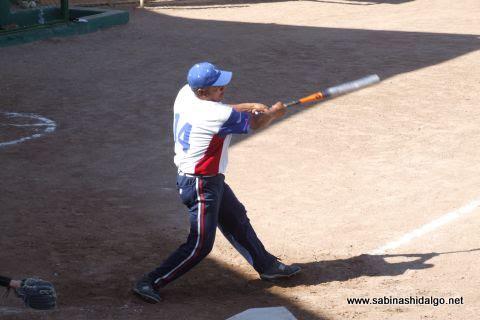 Delfino García bateando por Burócratas B en el softbol dominical