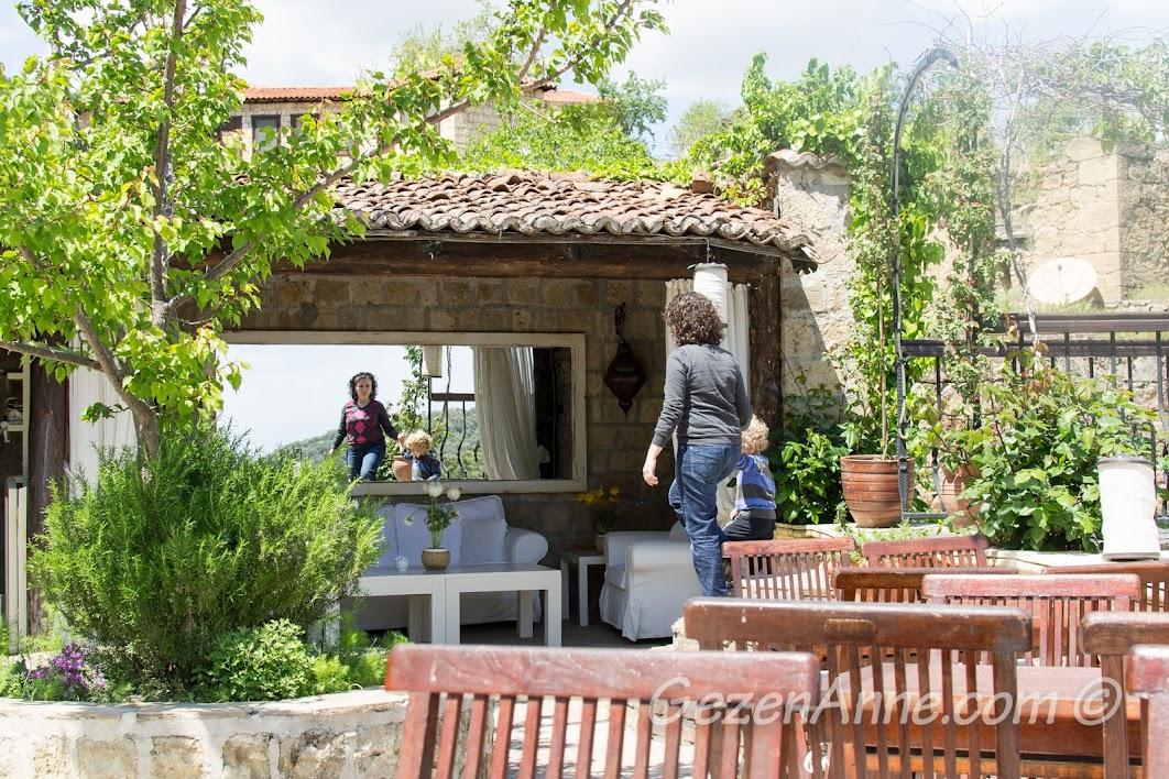 bahçede oturma alanları, Manici Kasrı, Yeşilyurt