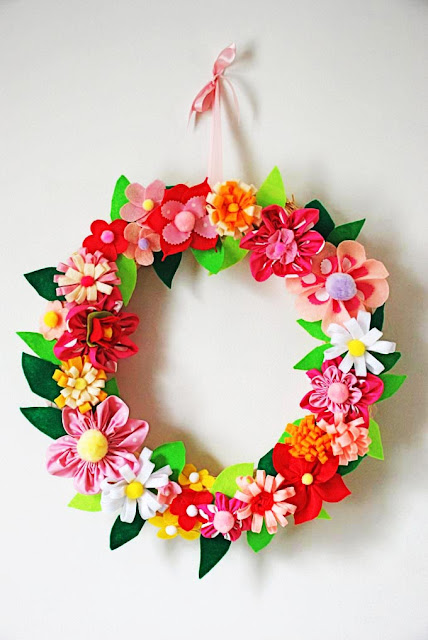 DIY Felt Flower Wreath. Click for 40 more #DIY #Wreath Ideas