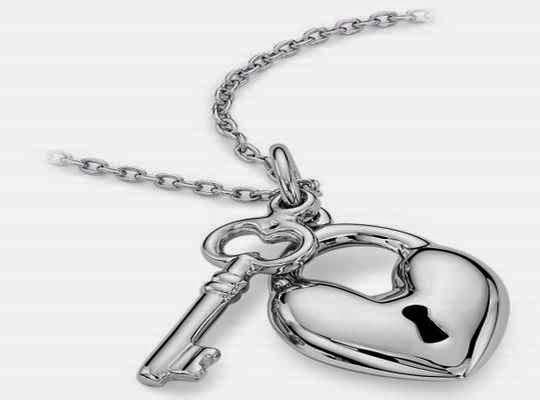 Lindo corazón de plata como regalo inolvidable para un novios