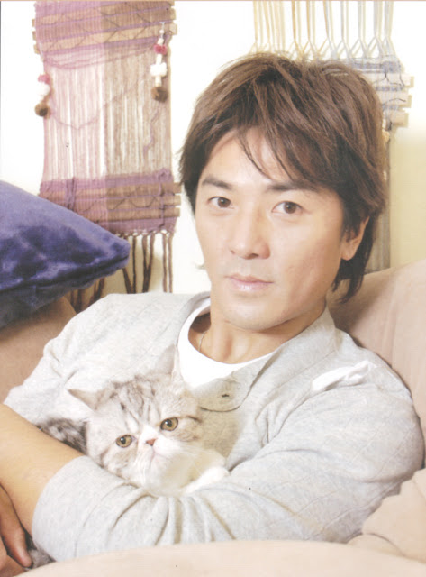 Ekin Cheng and a grey cat