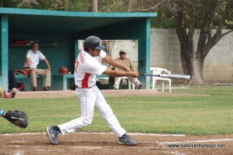 Mario Guardiola batando por Tiburones en el beisbol municipal