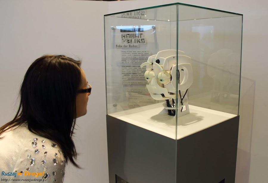 robot felix reagujący na mimikę twarzy