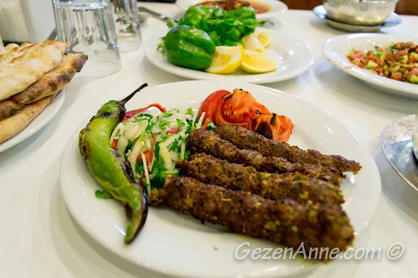 İmam Çağdaş'ta yediğimiz Simit kebabı, Gaziantep