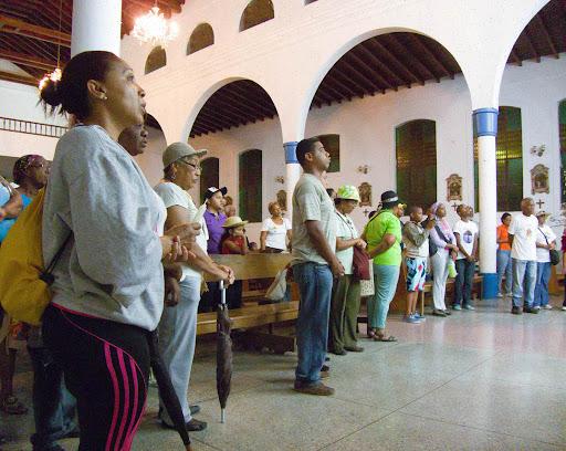 Cantando en la Iglesia antes de la Procesión