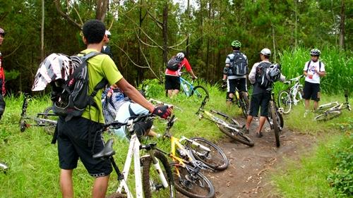 Menjelang track turunan, peserta berhenti untuk mengumpulkan nyali.