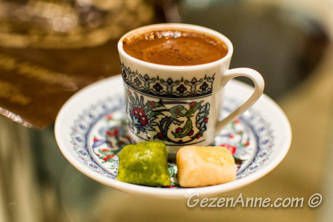 badem ezmesi eşliğinde bol köpüklü bir Türk kahvesi