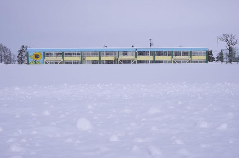 雪に埋もれる北竜中学校の校庭