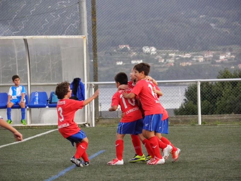 Os benxamíns celebrando un gol.