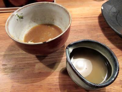 つけ麺の最後の残り汁にスープを注いでスープ割りにします