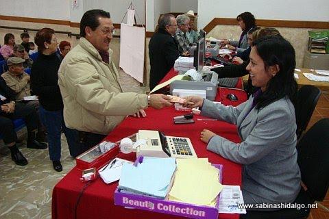 Raúl Mireles Garza pagando el Impuesto Predial