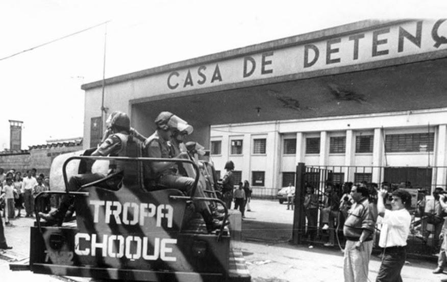 Tropa de Choque da Polícia Militar paulista entrando no complexo penitenciário do Carandiru. Fotografia: autor desconhecido.
