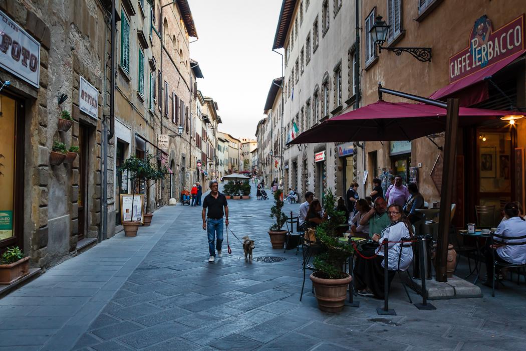 гулять по узким средневековым улочкам