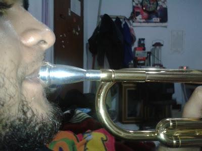 posisi tegak lurus meniup trumpet
