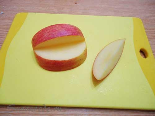 отрезать от яблока середину