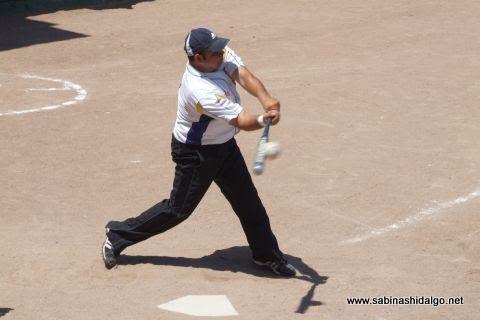 César Santos de Tigres en el softbol dominical