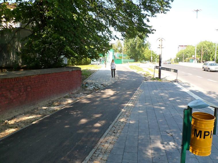 Przed peronem przystanku autobusowego.