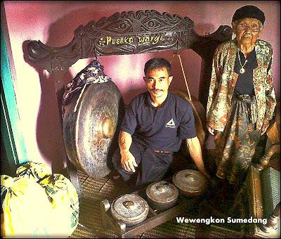 Pewaris bersama Kepala Desa Bantarmara dan  Artefak Seni Ketuk Tilu
