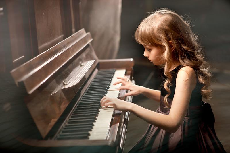Ребенок играет пианино картинка
