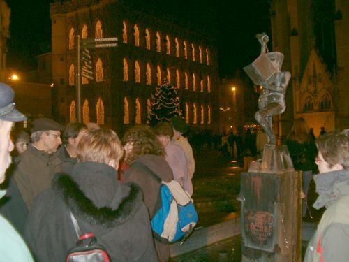 Het standbeeld van Fonske: kennis vergaren door boeken te lezen en al eens een pint te drinken.