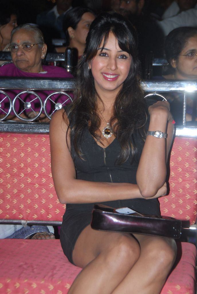sanjana hot thigh and panty peek show quottamil south