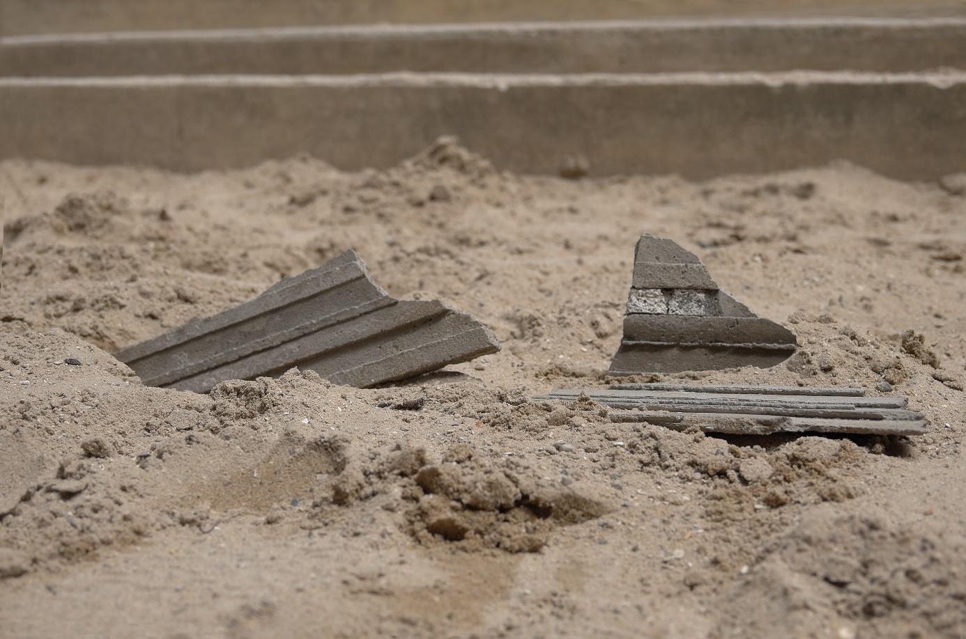 Une image contenant extérieur, assis, plage, brique  Description générée automatiquement