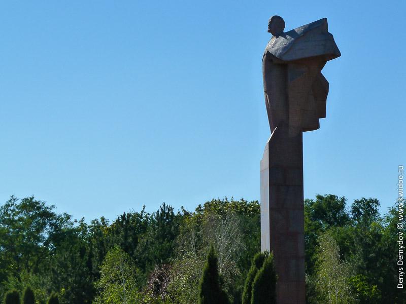 Памятник Ленину в Тирасполе, возле дома Советов.