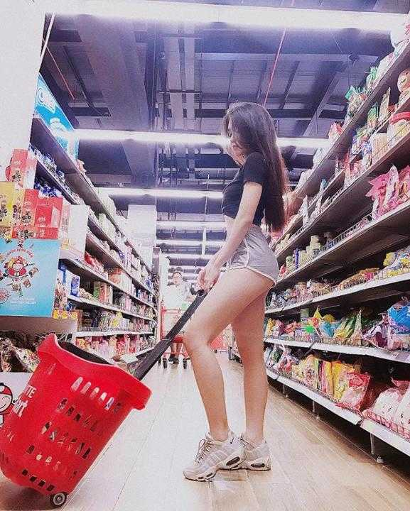 Đâu cần showbiz, con gái Việt cứ tên Trinh là sexy hết mức, đã thế còn là 1 hot streamer!