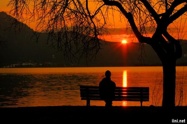 ảnh ngồi suy tư trước biển