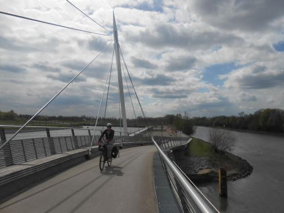 Miri on the Bike auf der doppelt gekrümmten Fußgänger-Radfahrer-Brücke Gelsenkirchen-Bismarck
