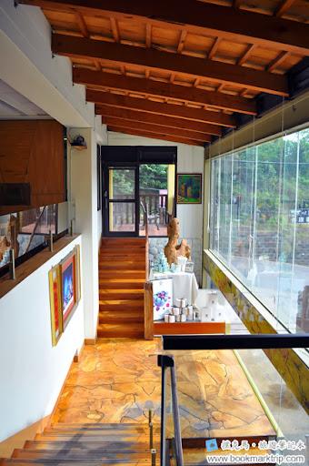 黑公雞風味餐廳一樓與二樓樓梯間
