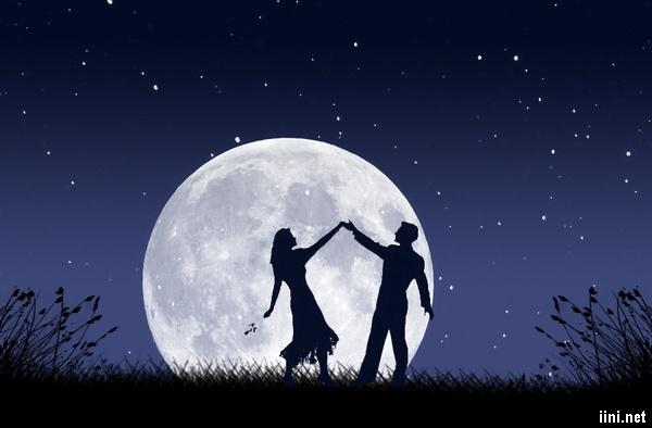 ảnh khiêu vũ dưới ánh trăng thật lãng mạn