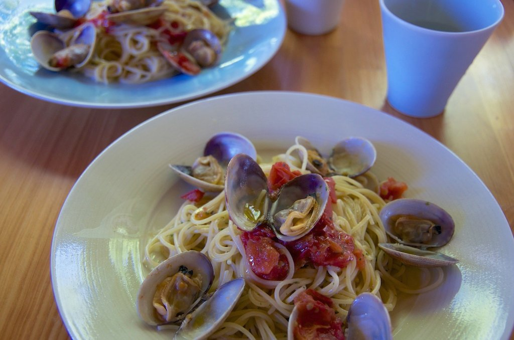 トマトと厚岸産アサリのスパゲティ、香草ソース