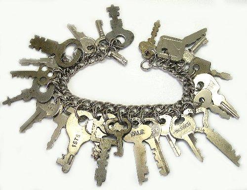 Vòng đeo tay bằng chìa khóa cũ