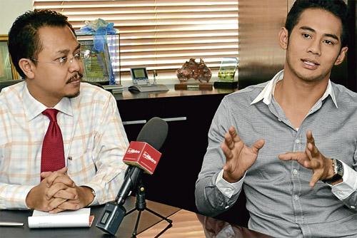 KESAL...Fizo (kanan) bersama Khairul Anwar di pejabat SukaGuam, semalam.