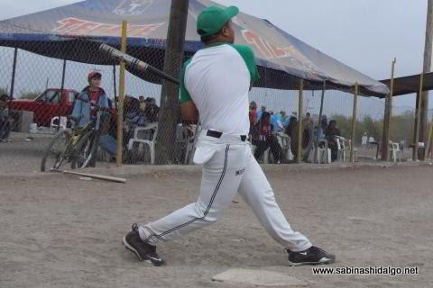 Edgar Castañeda bateando por Yankees en el softbol del Club Sertoma